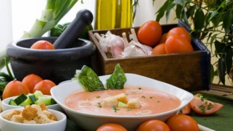 Supë e ftohtë pikante me garniturë