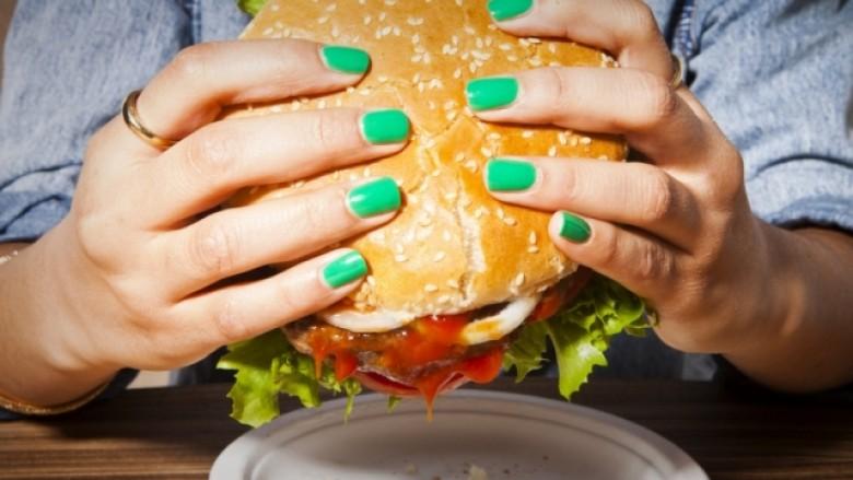 Ushqimi pa vlerë zhdukë bakteret në bark, të cilat e luftojnë mbipeshën