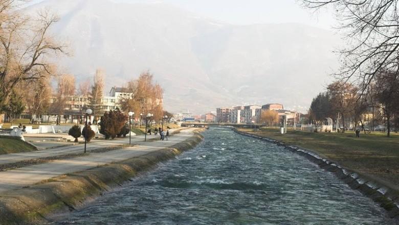 Vetura bie në lumin Vardar (Foto)