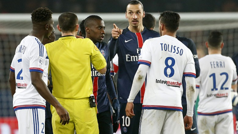 PARIS, FRANCE - DECEMBER 13: Zlatan Ibrahimovic of PSG argues with Mapou Yanga-Mbiwa of Lyon (left) during the French Ligue 1 match between Paris Saint-Germain (PSG) and Olympique Lyonnais (OL) at Parc des Princes stadium on December 13, 2015 in Paris, France. (Photo by Jean Catuffe/Getty Images)