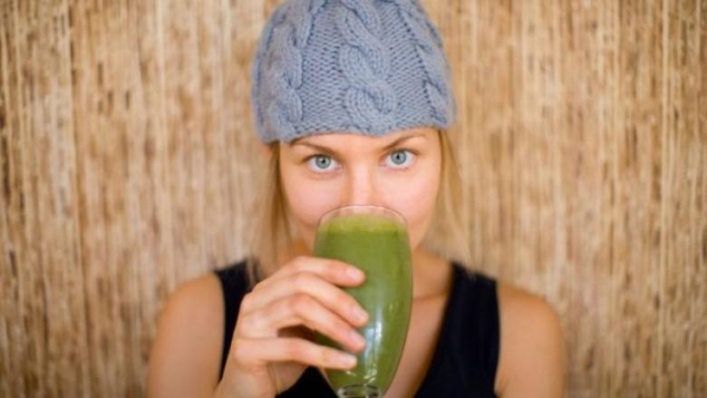 Ky shejk i gjelbër jo që është vetëm i shëndetshëm, por shëron puçrrat dhe aknet! (receta)