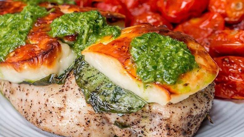Mish pule i marinuar me djathë dhe domate qershi (video)