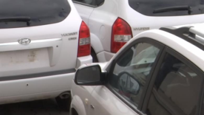 Ankandi në Prishtinë, qytetarët të interesuar për veturat e OSBE-së (Video)