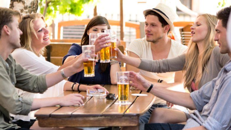 Si të kufizoni konsumin e alkoolit gjatë verës