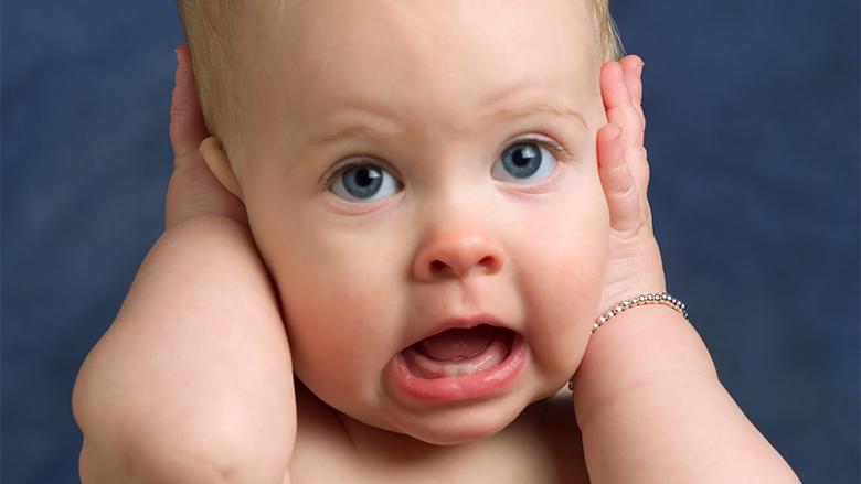 Rreziku i pastrimit të veshit te bebet dhe te fëmijët e vegjël…