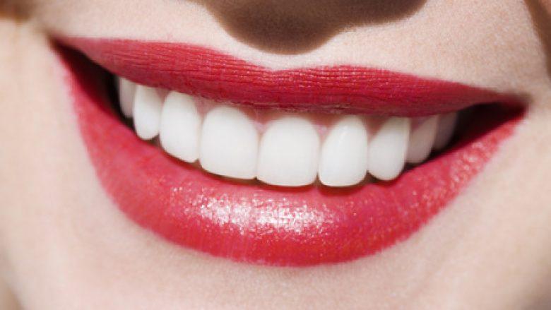 Dhëmbët e bardhë: Top katër këshillat për buzëqeshje rrezatuese