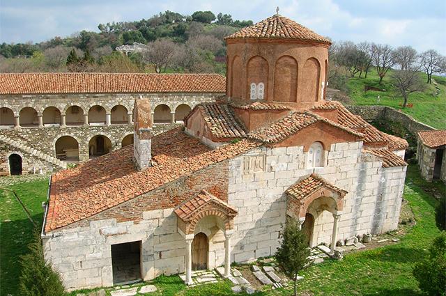 Zvërnec mund të vizitoni manastirin e Shën Mërisë