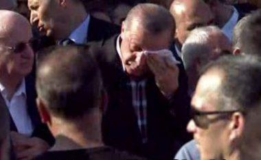 Erdogan fillon të qajë teksa i jep lamtumirën e fundit dhëndrit shqiptar (Video)