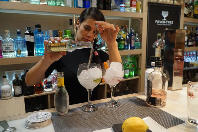 pouring-gin-and-tonic-malaga