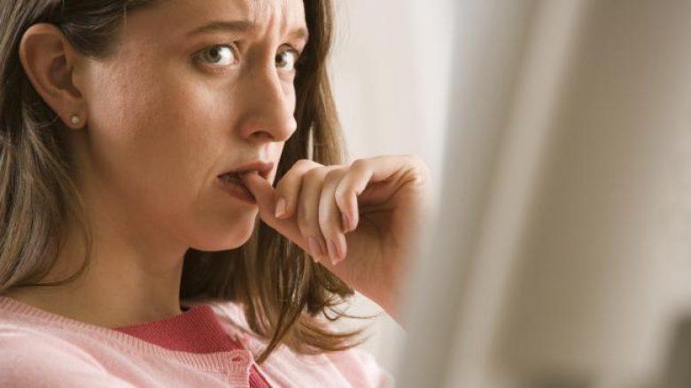 Do t'ju gërditet jeta: Ja çka fusni në gojë kur i hani thonjtë! (Video)