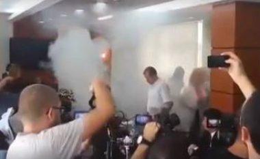 Momenti i hedhjes së gazit lotsjellës nga Vetëvendosje (Video)