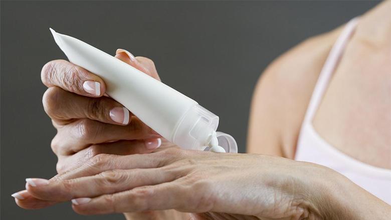 Bëni vetë kremin për lëkurën e pëlcitur të duarve me tre përbërës që nuk kushtojnë asgjë!