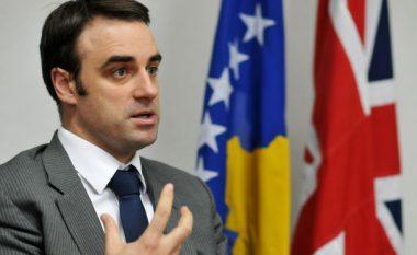 Ambasadori britanik i del në mbrojtje atij zviceran