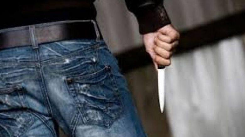 Kanos bashkëshorten me thikë
