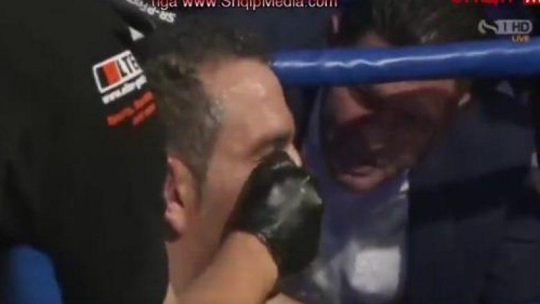 Luan Krasniqi duke e këshilluar boksierin turk ndaj Nuri Seferit.