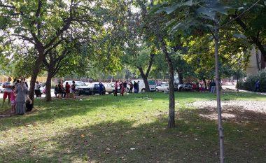Tërmeti i fuqishëm në Maqedoni, njerëzit në rrugë (Foto/Video)