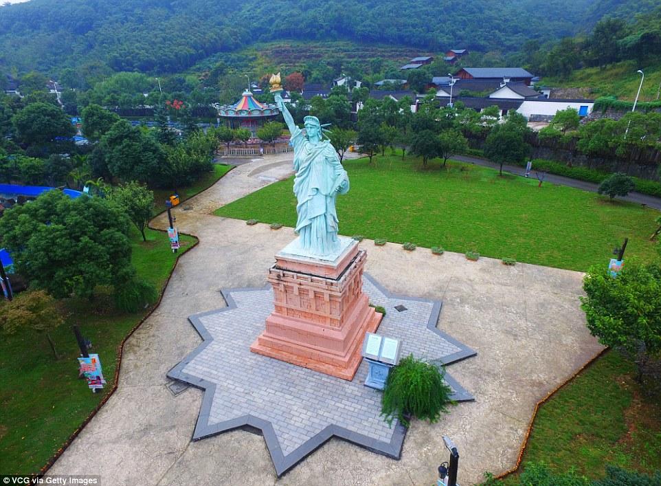Parku me imitimet e 50 objekteve të famshme nga vende të ndryshme të botës foto 2