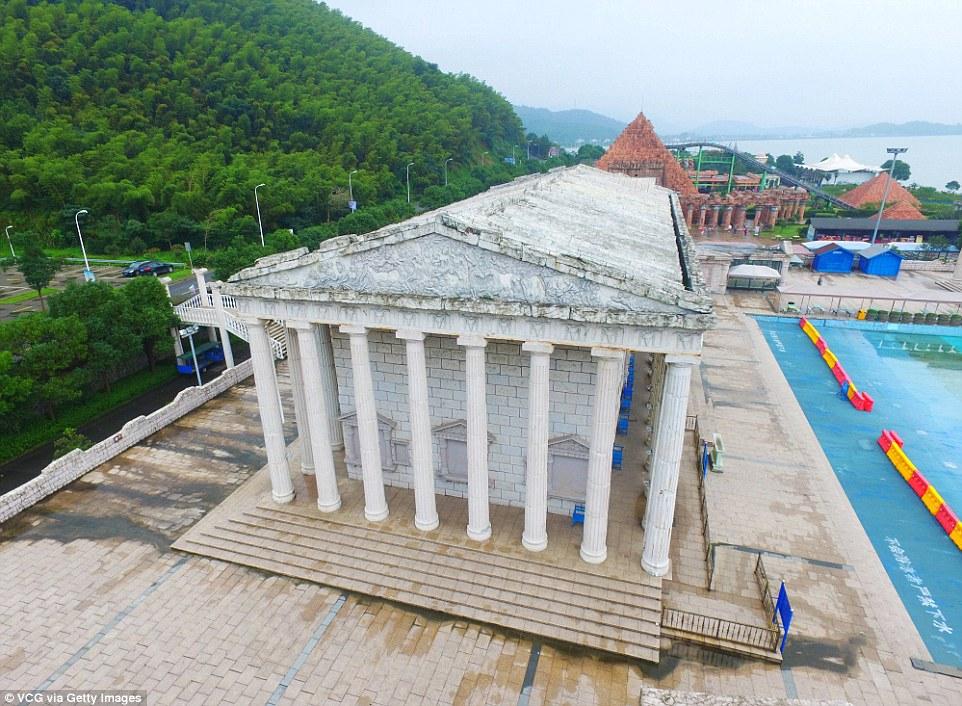 Parku me imitimet e 50 objekteve të famshme nga vende të ndryshme të botës foto 3