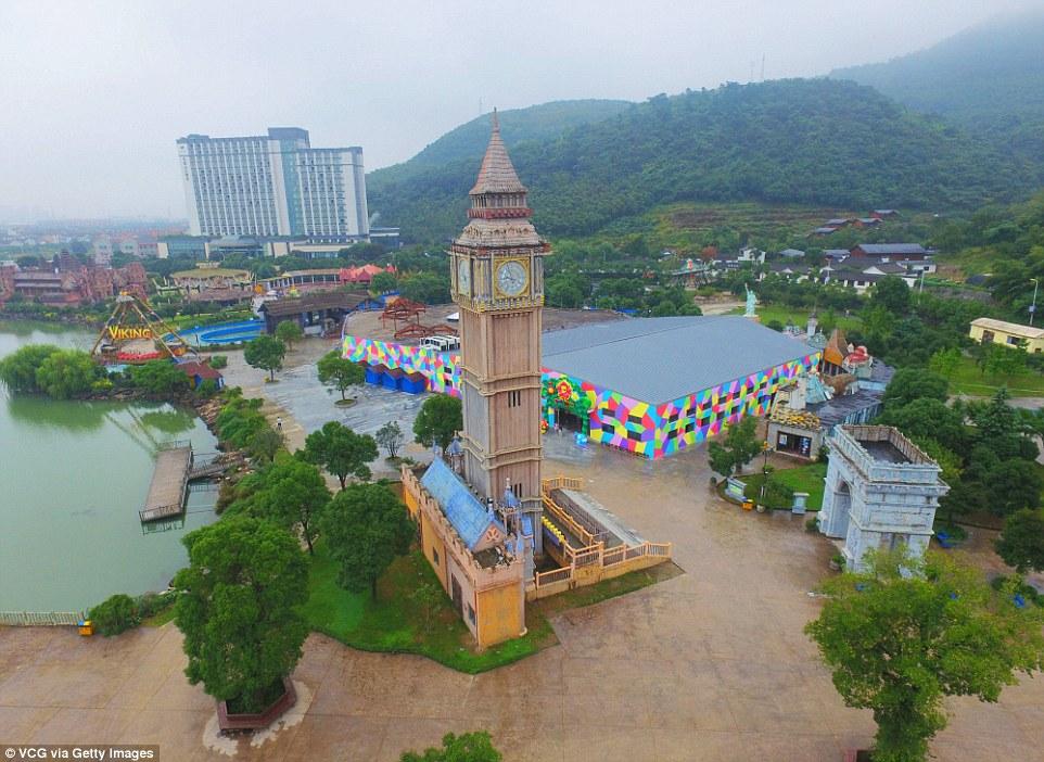 Parku me imitimet e 50 objekteve të famshme nga vende të ndryshme të botës foto 4