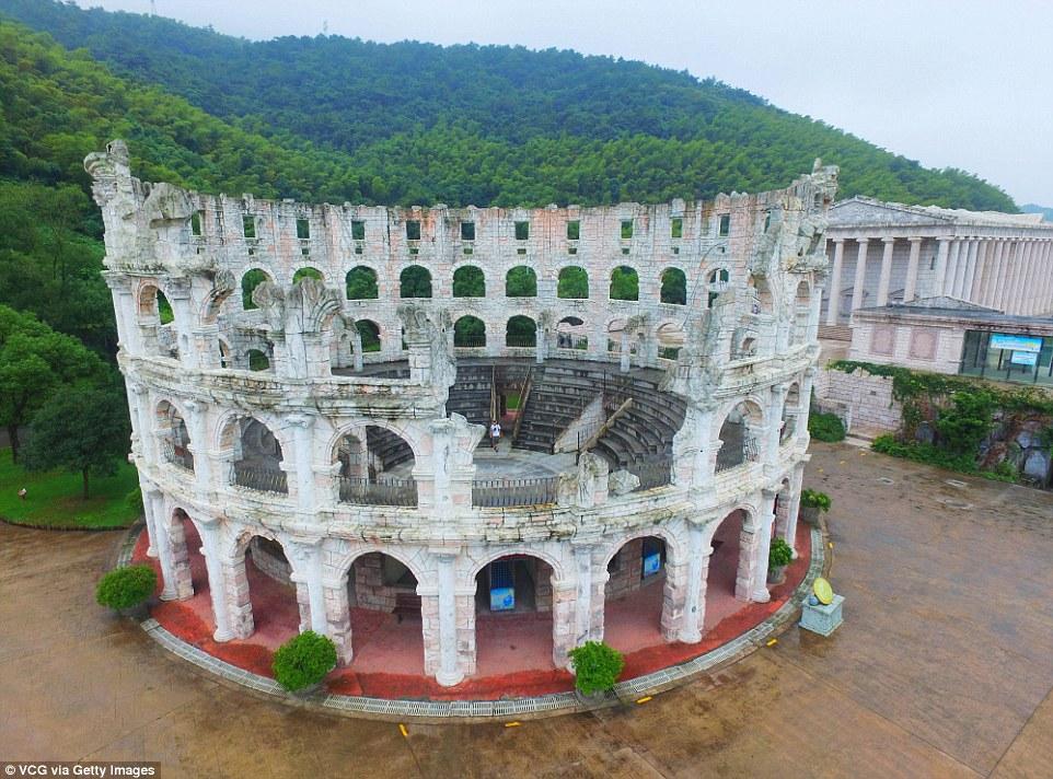 Parku me imitimet e 50 objekteve të famshme nga vende të ndryshme të botës foto 5