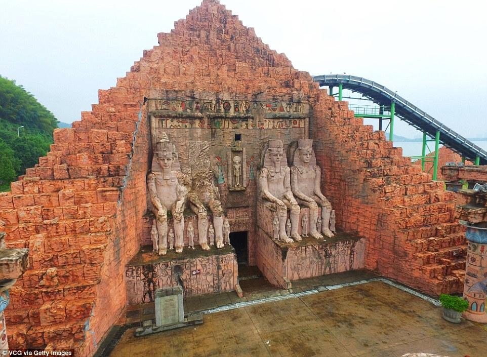 Parku me imitimet e 50 objekteve të famshme nga vende të ndryshme të botës foto 6