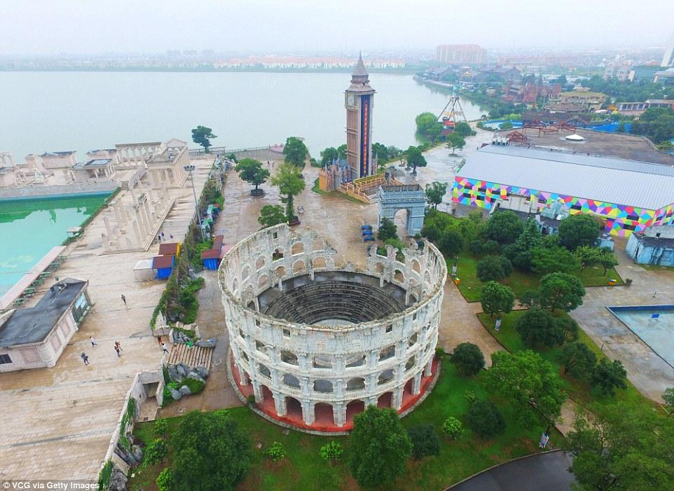 Parku me imitimet e 50 objekteve të famshme nga vende të ndryshme të botës foto 8