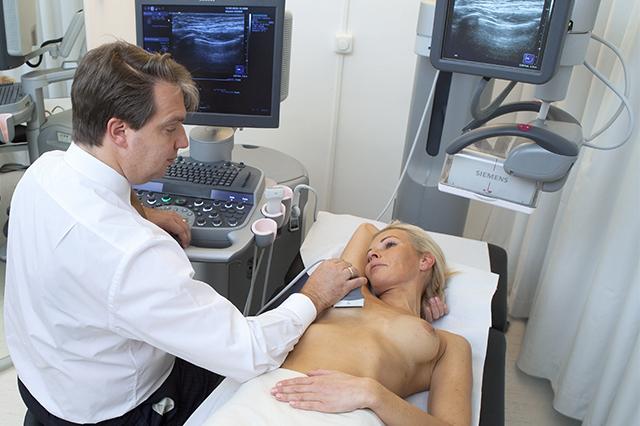 Siemens hat das weltweit erste multifunktionale Ultraschallgerät entwickelt, das automatisch eine vollständige dreidimensionale Darstellung der weiblichen Brust machen kann. Bisher musste der Arzt einen Schallkopf über die gesamte Brust führen. Nahmen diese handgeführten Ultraschalluntersuchungen noch bis zu 30 Minuten in Anspruch, so verkürzt die neue Technologie den zeitlichen Aufwand auf weniger als 15 Minuten. Die ersten Ultraschallscanner dieser Art sind nun in Deutschland im Einsatz. Dieses Foto zeigt eine 3D-Brustuntersuchung mit dem Siemens Ultraschall ACUSON S2000 ABVS. New automated breast ultrasound system automatically acquires volumes and offers intelligent clinical applications Siemens Healthcare recently introduced the Acuson S2000 Automated Breast Volume Scanner (ABVS), the first multi-use ultrasound breast system that automatically acquires volume images of the breast. Thanks to the user-independent, standardized image acquisition, the system is ideally suited for early detection and diagnosis of breast cancer with ultrasound – especially for women with dense breast tissue. This image shows a 3D-breast examination with the Siemens ACUSON S2000 ABVS.