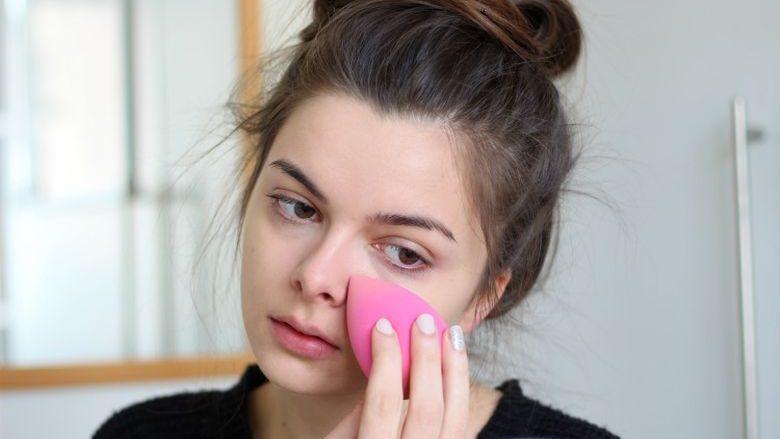 Pse nuk duhet të përdorësh sfungjer sa herë aplikon pudrën në fytyrë?