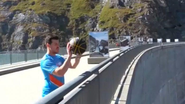 E jashtëzakonshme! Shënon kosh nga lartësia prej 180 metrave (Video)