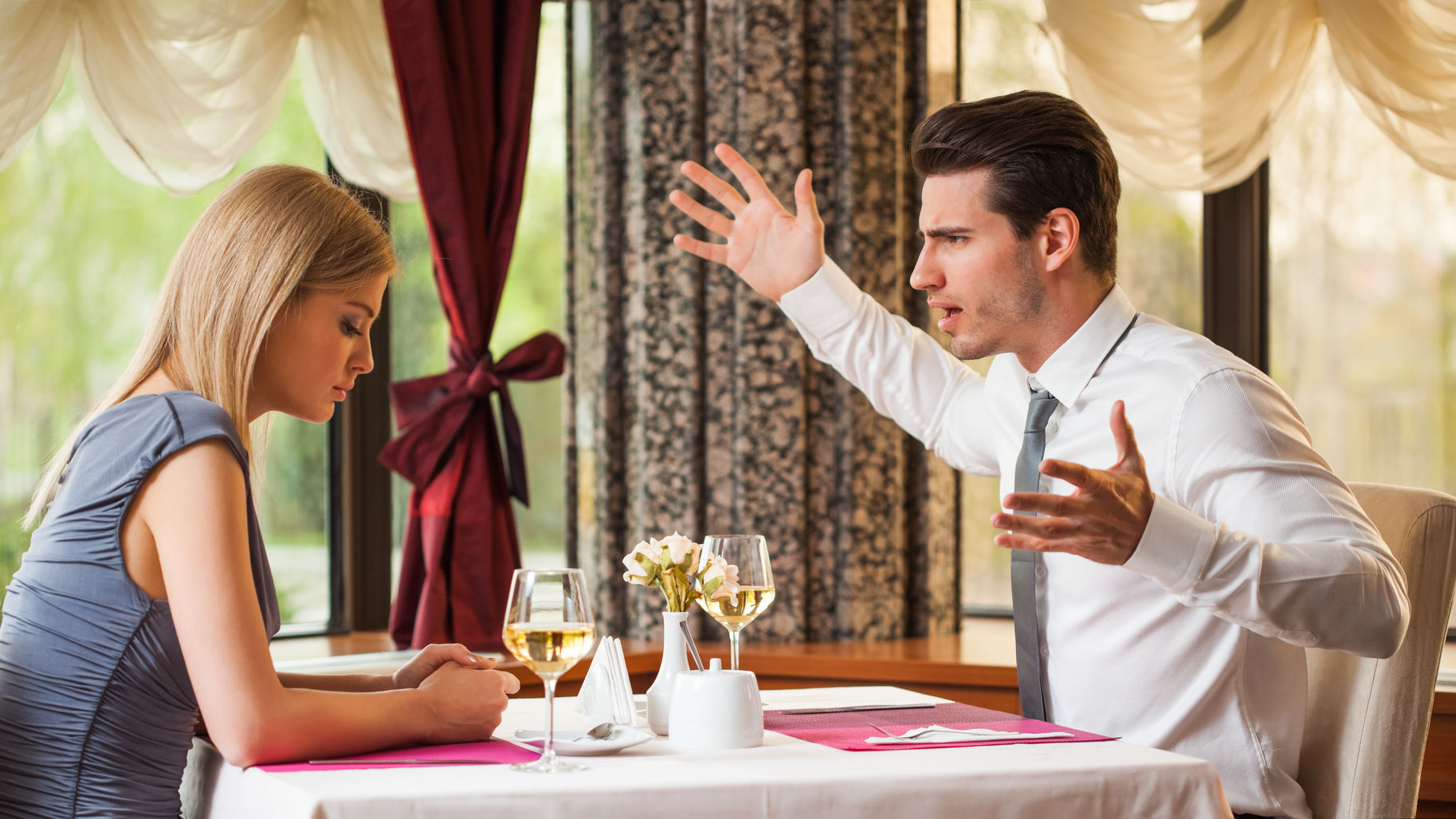 image-couple-at-restaurant-anger-fighting-in-public