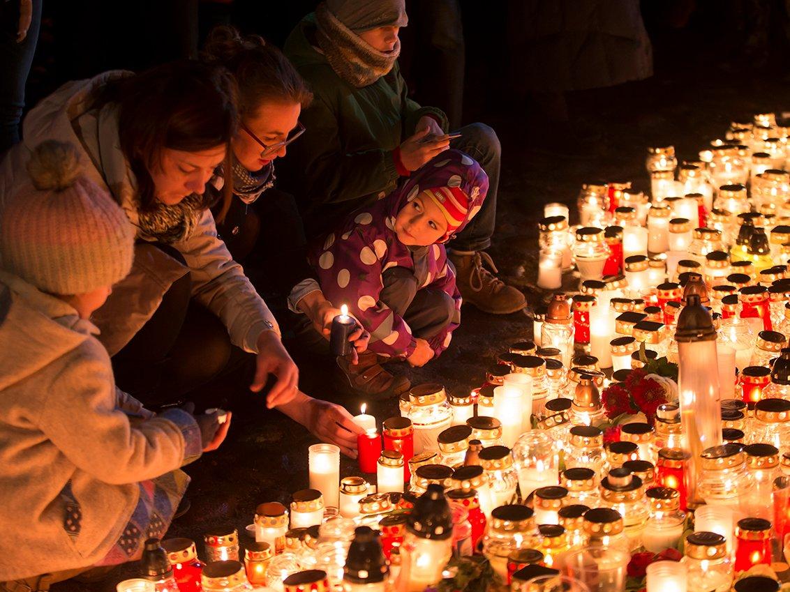 Nderimi i viktimave pas sulmeve në Paris.