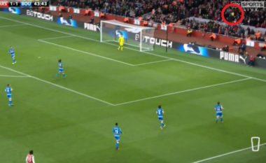 Edhe pse Walcott shënoi ndaj Bournemouthit, tifozët e Arsenalit po tallen me atë pas kësaj gjuajte (Video)