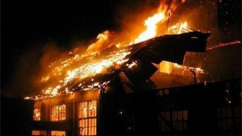 Pamje nga djegia e ish-zyrave të urbanizmit në Karposh (Video)