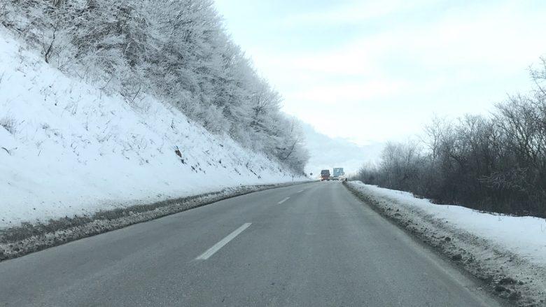 Vazhdon bora në Kosovë, ministria tregon gjendjen e rrugëve
