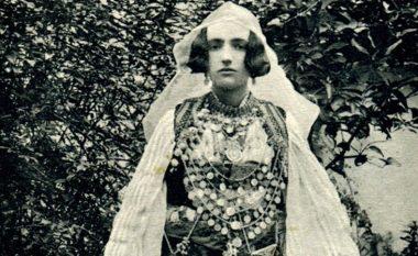 Robert Elsie publikon një koleksion unik: Veshjet popullore shqiptare, në kartolinat e hershme (Foto)