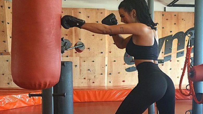 Ushtrimet 'e rrezikshme' të Morena Tarakut në palestër, lejon trajnerin ta shkelë me këmbë! (Video)