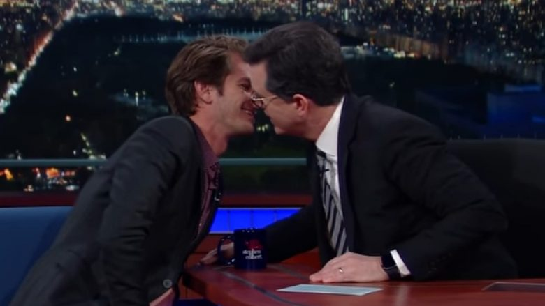 Aktori befason sërish, tani puthet me moderatorin (Video)