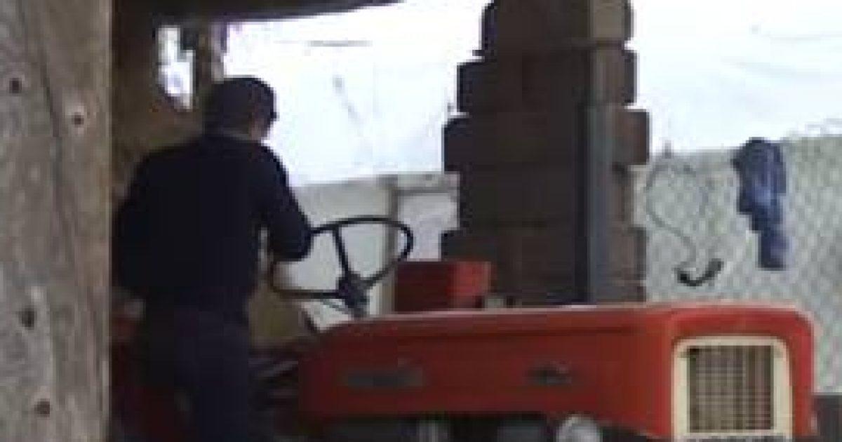 Ia merr traktorin, e mashtron se do t'ia kompensoj me dyer e dritare