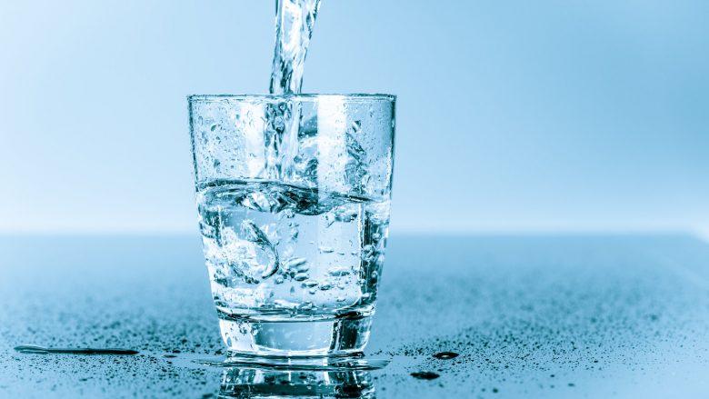 Uji i ngrohtë ose uji i ftohtë – Cili është më i mirë për të nisur ditën?