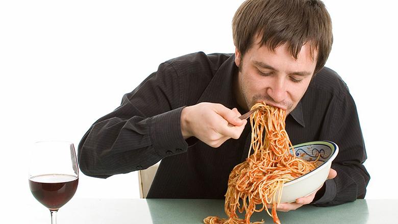 Personat që hanë shpejt janë më të rrezikuar nga sëmundjet e zemrës