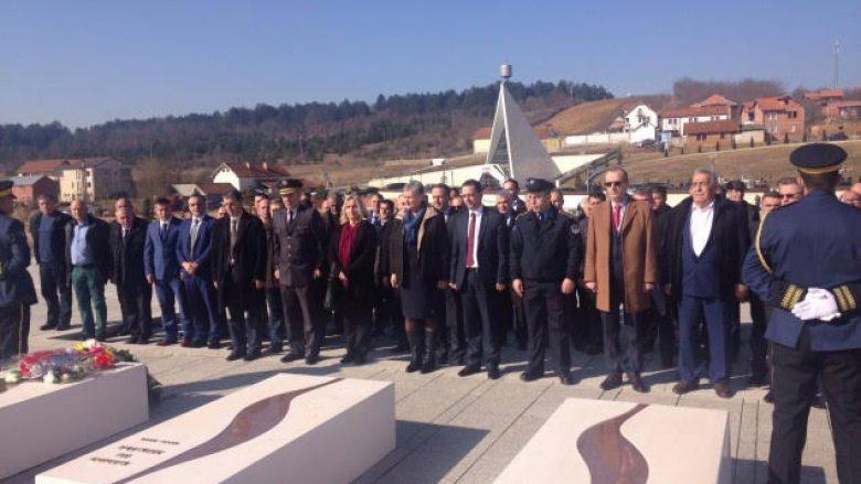 Nëntë vjetori i Pavarësisë, qytetarët nderojnë të rënët e Prekazit