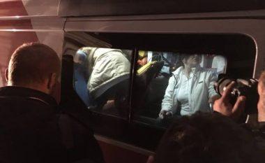 Sulmohet një ekip i gazetarëve gjatë protestave kundër gjuhës shqipe në Shkup (Foto)