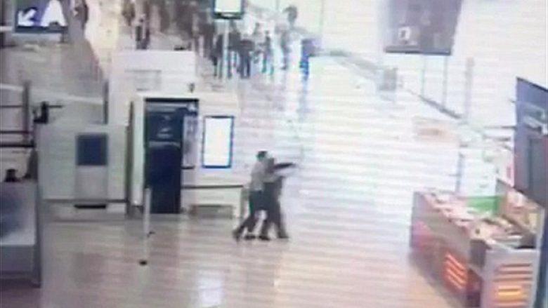 Xhihadisti sulmon ushtaren franceze në aeroport, qëllohet për vdekje nga dy ushtarë tjerë (Video, +18)