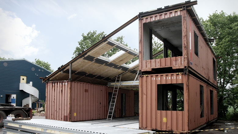 Nga tre kontejnerë ia filloi të ndërtojë shtëpinë familjare: Shikoni procedurën e ndërtimit të shtëpisë me kosto të lirë (Foto)