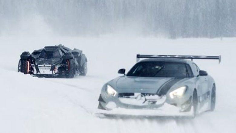 Gara e super-veturave dhe Batmobile në borë (Video)
