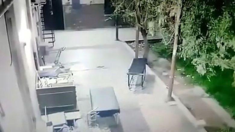 Lëvizjet e çuditshme të shtratit nëpër oborrin e spitalit (Video)