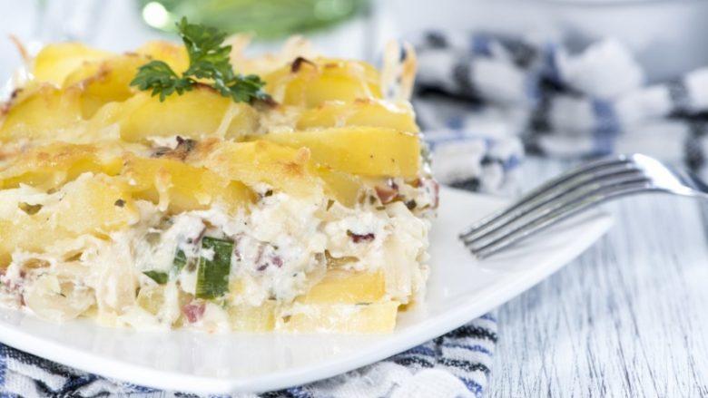 Patate të pjekura me vezë: Drekë për tërë familjen e gatshme në çast!