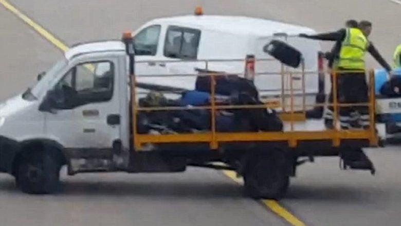 Punonjësit e aeroportit i hedhin valixhet sikur të ishin mbeturina (Video)