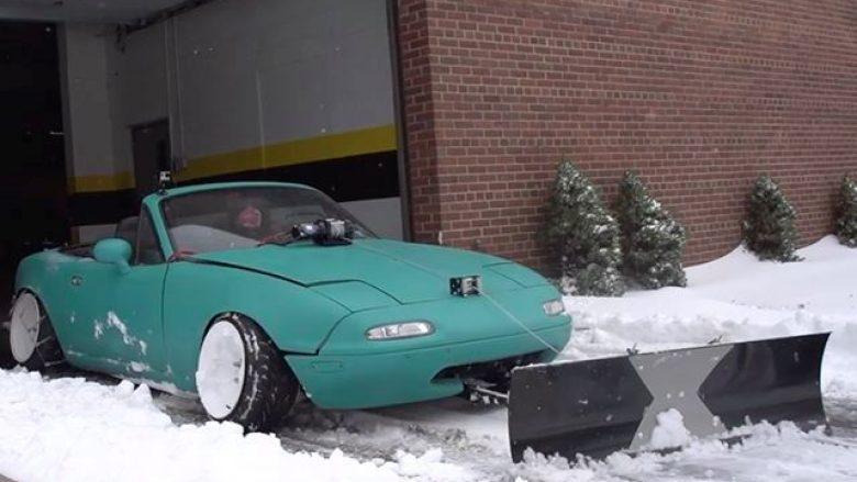 Shfrytëzimi i veturës për të pastruar borën, doli të jetë ide e keqe (Video)