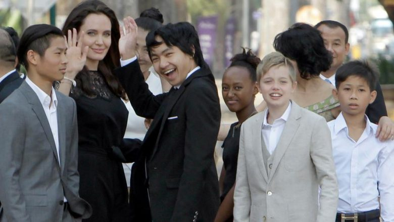 Një burrë nga Kamboxhia thotë se Jolie e ka adoptuar djalin e madh me dokumentacion të rrejshëm